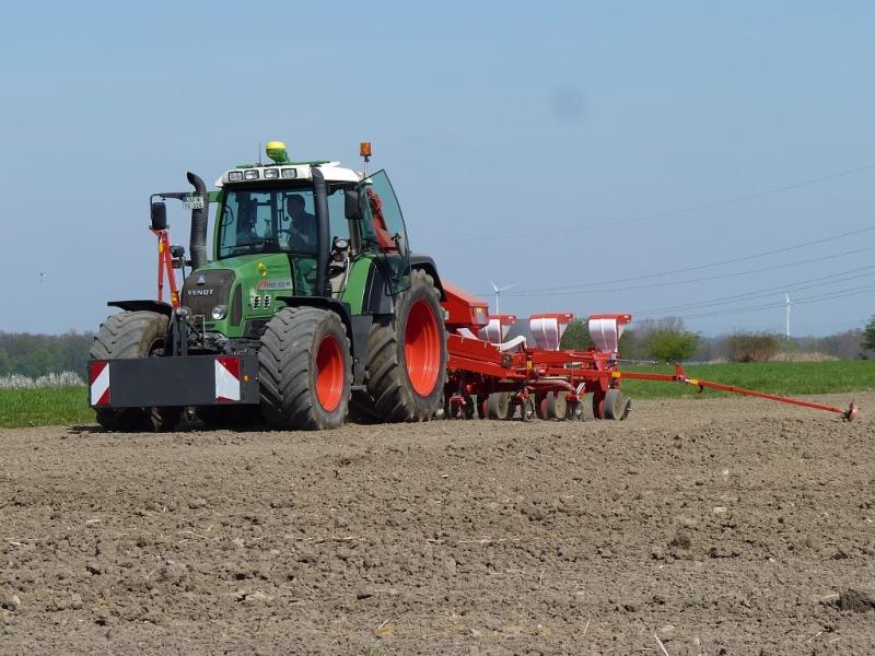 Fendt Vario 820 TMS mit Kverneland Maislegemaschine 8-reihig