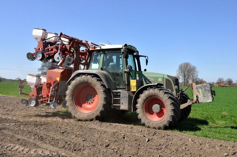 Fendt Vario 820 TMS mit Becker Maislegemaschine 8-reihig