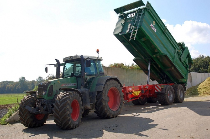 Fendt 820 Vario TMS und Kröger Agroliner